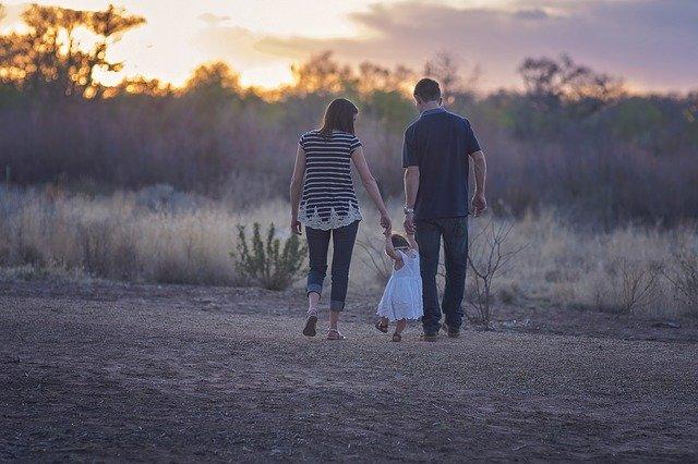W jakim wieku dziecko zaczyna chodzić?