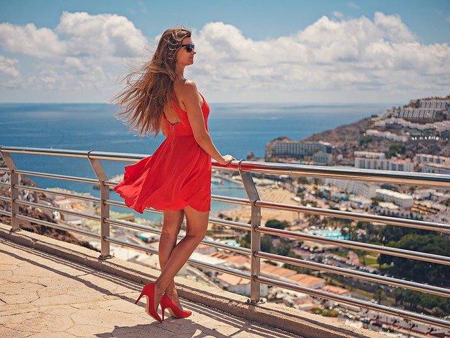 Jakie buty do czerwonej sukienki na wesele?