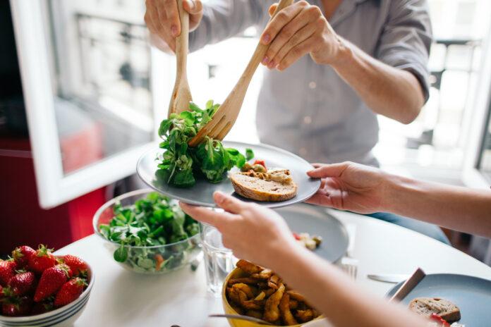 Regularne jedzenie posiłków – dlaczego jest tak ważne?