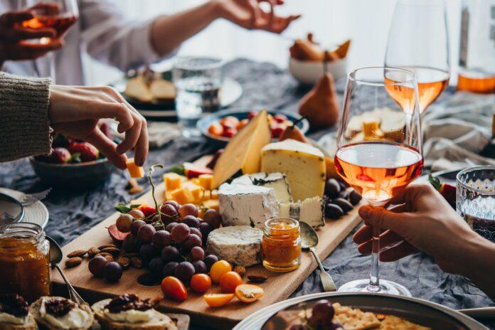 Pomysły na niebanalne przekąski do wina